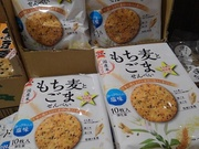 もち麦とごませんべい 108円(税抜)