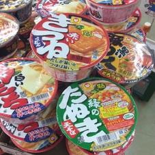 赤いきつねうどん 緑のたぬき天ぷらそば 黒い豚カレーうどん 白い力もちうどん 98円(税抜)