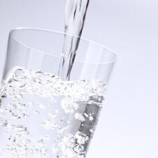 磨かれて、澄みきった日本の水 65円(税抜)