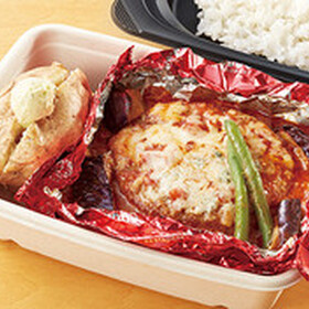 ゴルゴンゾーラとトマト包み焼きハンバーグ (ライス付き) 990円(税抜)