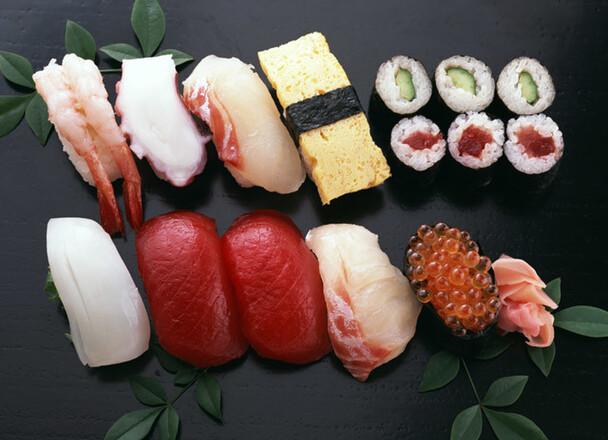 握り寿司盛合せ(うなぎ入)、うなぎ握りと中細うなぎセット 621円(税込)