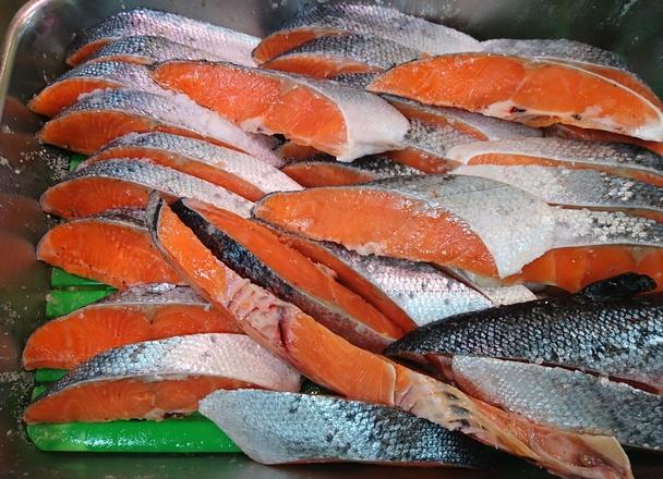 振り塩銀鮭(養殖・解凍) 500円(税抜)